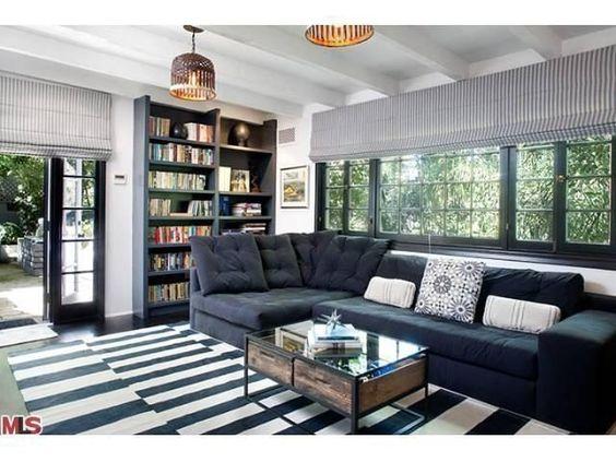 أريكة عصرية باللون الرمادي