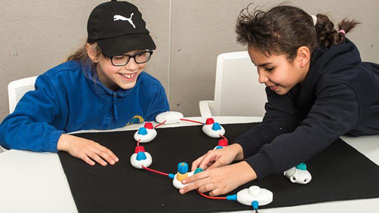 """مشروع"""" Project Torino"""" لتعليم البرمجة للأطفال المكفوفين"""